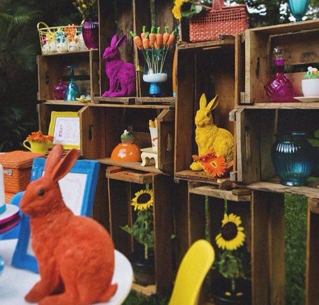 Se o almoço for em casa, que tal decorar o quintal com caixotes e alguns coelhos? - Foto: Tati Leme Party