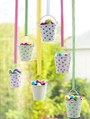 Outro mobile criativo e gracioso, feito com baldinho e ovos pendurados. Foto: Pinterest