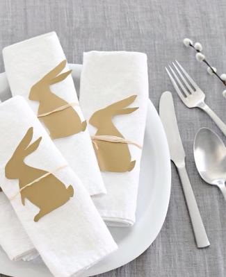 Ainda na opção de guardanapos, você pode simplesmente recortar moldes de coelhinhos e amarra-los com barbante no centro do tecido. Foto: Pinterest