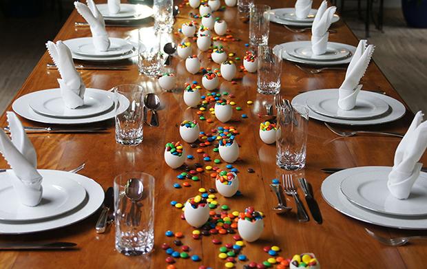 Guardanapos e casquinhas de ovos foram as estrelas da mesa. Quer decoração mais simples e linda que essa?! - Foto: Pinterest