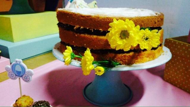 Optamos por deixar o bolo menor, que seria do terceiro andar do bolo principal, em outra bandeja na mesa