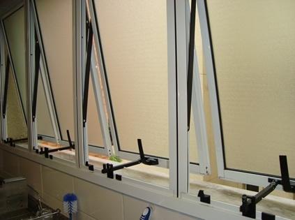 Esse limitador de janela pode ser encontrado em loja de utilidades e materiais de construção