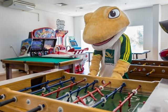 """O macote """"Tixa"""" na sala do jogos do Quality Resort"""