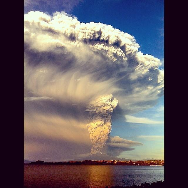 O Vulsão Cabulco no exato momento da erupção, após 42 anos adormecido. Aula de geografia ao vivo para Caetano!