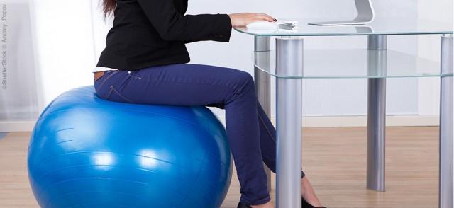 sentada na bola de pilates