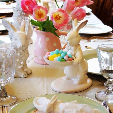 Usar coelhos de porcelana na decoração da mesa dá um toque a mais de requinte. Bastam 2 ou 3 peças para fazer a composição. Foto: Pinterest