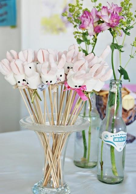 Coelhinhos espetados no palito (podem ser biscoitinhos ou docinhos) fazem a alegria dos convidados! Foto: Pinterest
